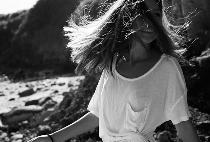 girl black n white - Θεωρείς τον εαυτό σου έξυπνο; Τότε θα έχεις και τις εξής περίεργες καθημερινές συνήθειες!
