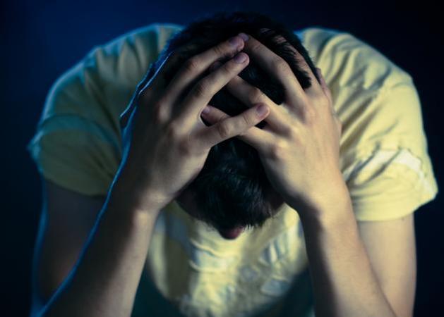 man desperate head h 645 450 - Κι όμως, οι άνδρες πονούν περισσότερο από έναν χωρισμό