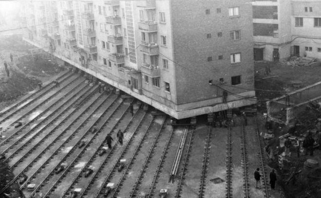 out - Η απίστευτη μεταφορά κτιρίου 7.600 τόνων στην Ρουμανία πάνω σε ράγες