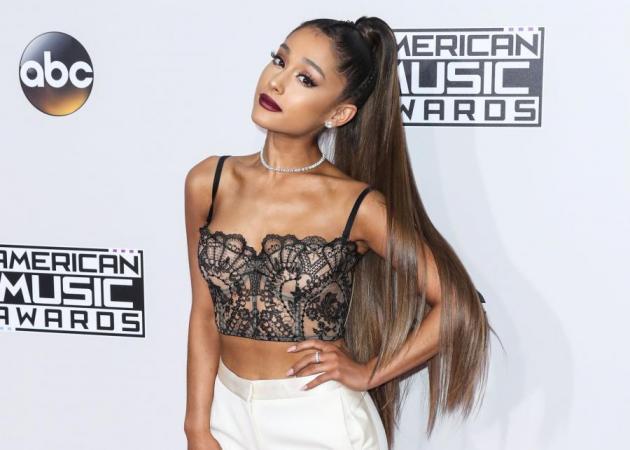 spl1397724 001 H 645 450 - H Ariana Grande μας δείχνει έναν εντελώς διαφορετικό τρόπο να φορέσουμε scrunchie στα μαλλιά μας!
