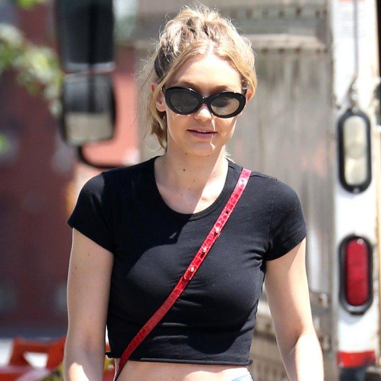 spl1529122 005 e1499592585618 768x768 - H Gigi Hadid σού δείχνει πώς να φορέσεις το φαρδύ παντελόνι