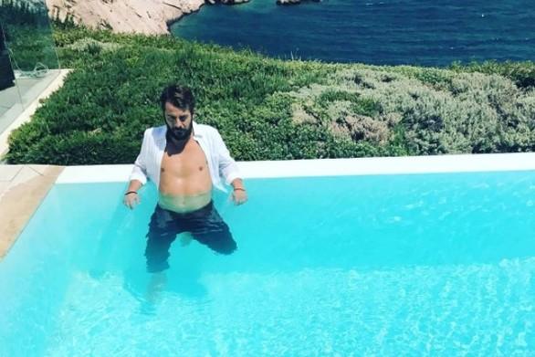 2241389 - O Ντάνος με... ανοιχτό πουκάμισο μέσα στην πισίνα!