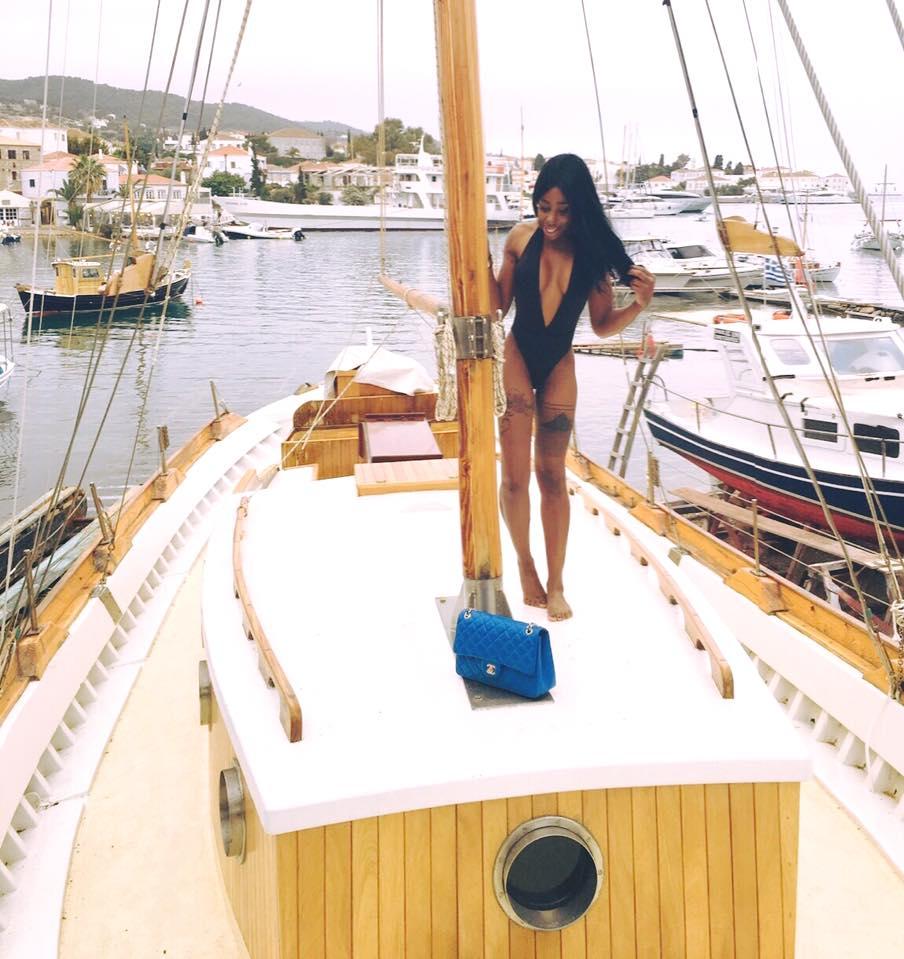 Elizabeth Elechi Hot Black Swimsuit Spetses Kanoni 8 - Η παρουσιάστρια Ελίζαμπεθ Ελέτσι στην Μύκονο με φουσκωτό παπάκι!