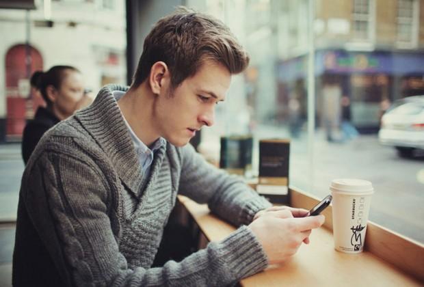 antras me smartphone 620x420 - Αυτά είναι τα μηνύματα που απαγορεύεται να στείλεις σε έναν άντρα
