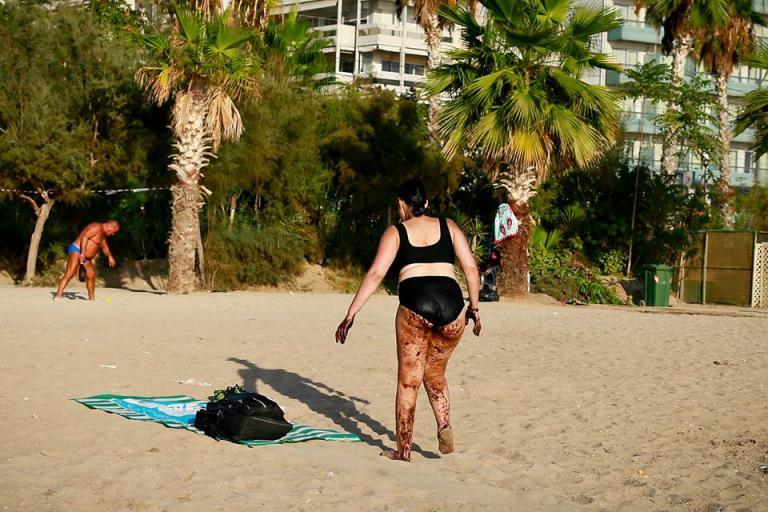 faliro 1 768x512 - Σοκαριστική φωτογραφία από το Παλαιό Φάληρο: Γυναίκα βγαίνει από τη θάλασσα, καλυμμένη με πίσσα!