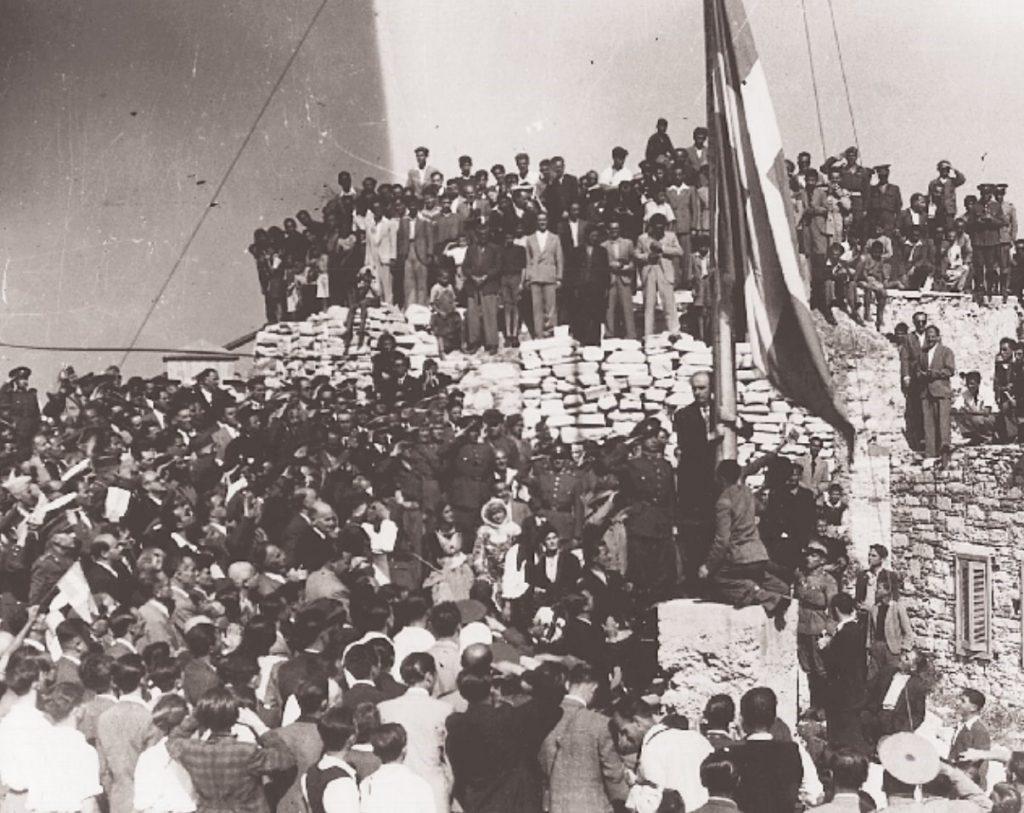 540021 bd80ca73cf 9bcbdc2e19bdc890 1024x813 - Το τέλος της γερμανικής κατοχής στην Αθήνα - 19 συγκλονιστικές ΦΩΤΟ