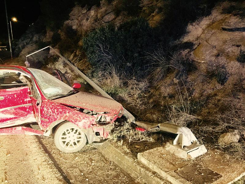 troxaio1 - Τρομακτικό τροχαίο στην Καβάλα! Αυτοκίνητο με δύο επιβαίνοντες «καρφώθηκε» σε κολόνα φωτισμού