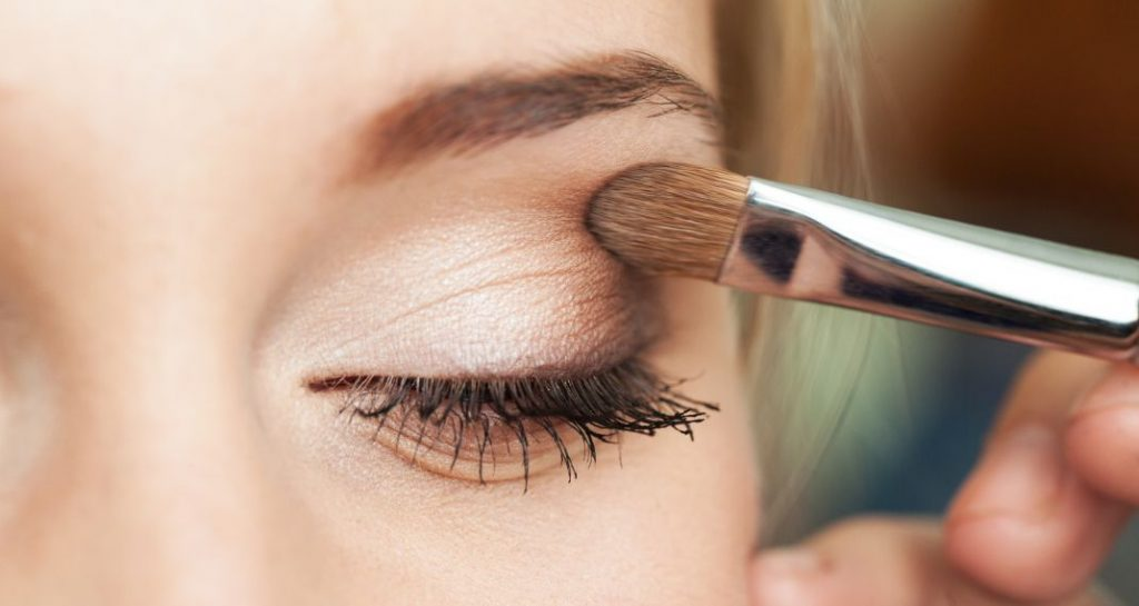 makeup 570 0 1024x545 - Αυτό είναι το λάθος στο μακιγιάζ που σου προσθέτει χρόνια