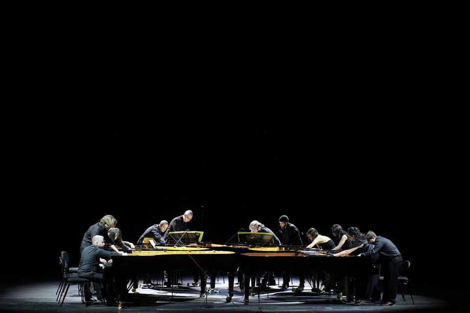 23519261 164759024123166 5461480475016337256 n - Το Μουσικότροπο ξεκινάει με Piandaemonium (6 πιάνα-12 πιανίστες)