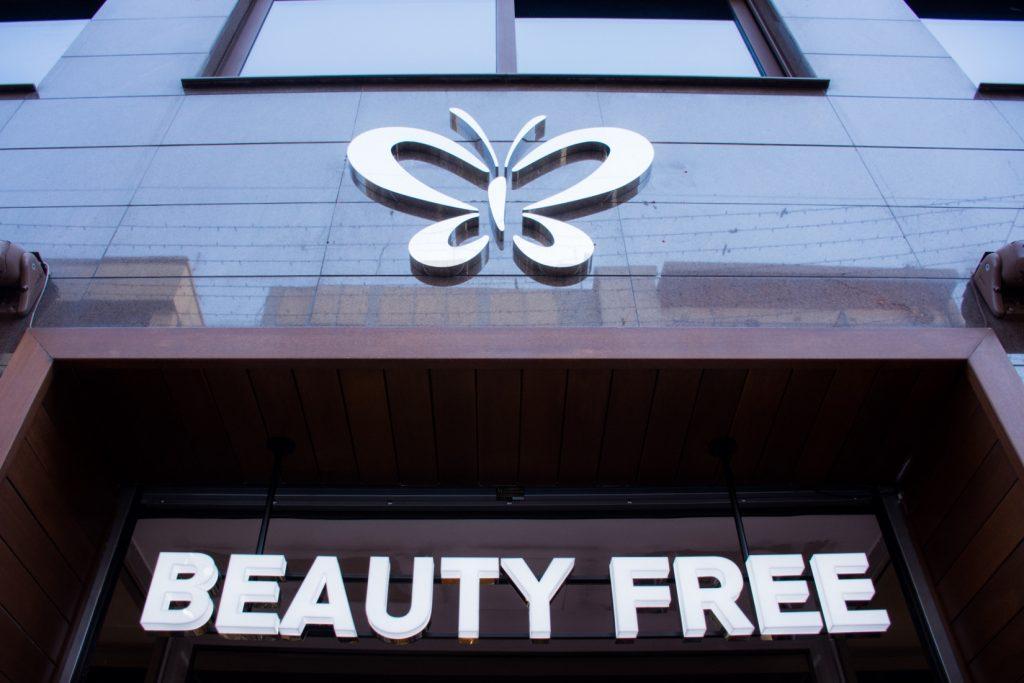 """aa78f9c25ae4 Το BEAUTY FREE Βόλου πραγματικά ανατρέπει όσα γνωρίζαμε μέχρι σήμερα από  ένα κατάστημα καλλυντικών! Το επιβλητικό κτήριο """"κόσμημα"""" των 1000 τ.μ.  γέμισε με ..."""