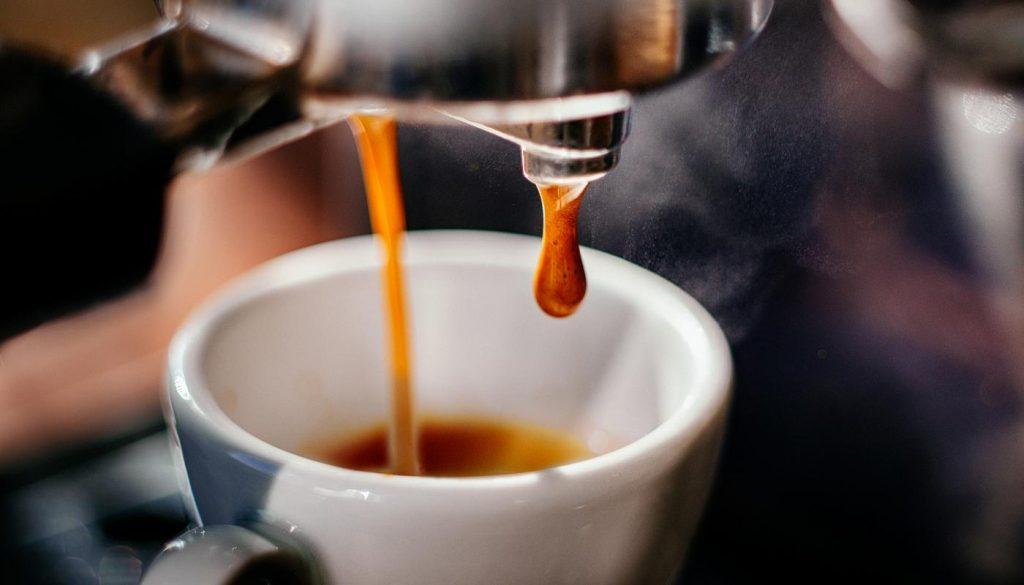 p1baeqs6cg2h51uue1jo7m9e9bc8 1400x800 1024x585 - Ποιος καφές έχει περισσότερη καφεΐνη;