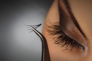 shutterstock 143078638 300x200 - Όλα όσα θα πρέπει να γνωρίζεις για τις ψεύτικες βλεφαρίδες!