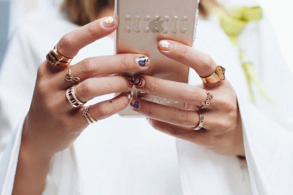 Γυναίκα με κινητό στο χέρι