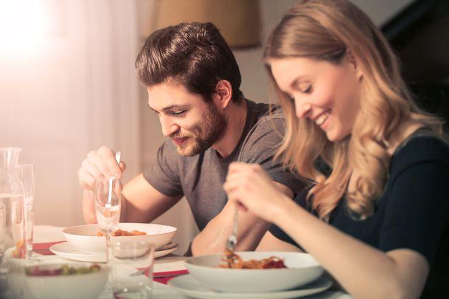 couple eating dinner.jpg.653x0 q80 crop smart - Άγιος Βαλεντίνος: Τι να του μαγειρέψεις, σύμφωνα με το ζώδιό του