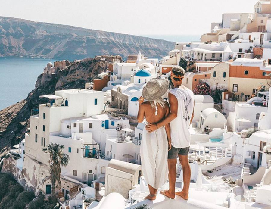 santorini - Ναι, συχνό σεξ και ψηλό εισόδημα πάνε χέρι χέρι