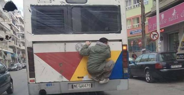 thessaloniki 620x320 - Ο τζάμπας ζει | Φοιτητής σκαρφάλωσε στο πίσω μέρος του λεωφορείου για την διαδρομή του!