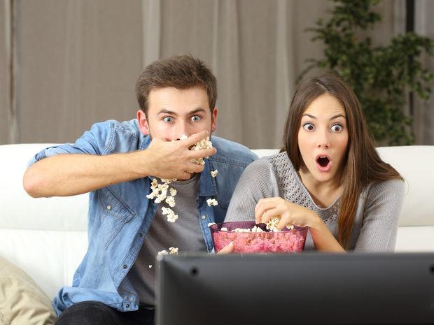 Άνδρας τρώει pop corn με τη γυναίκα δίπλα του