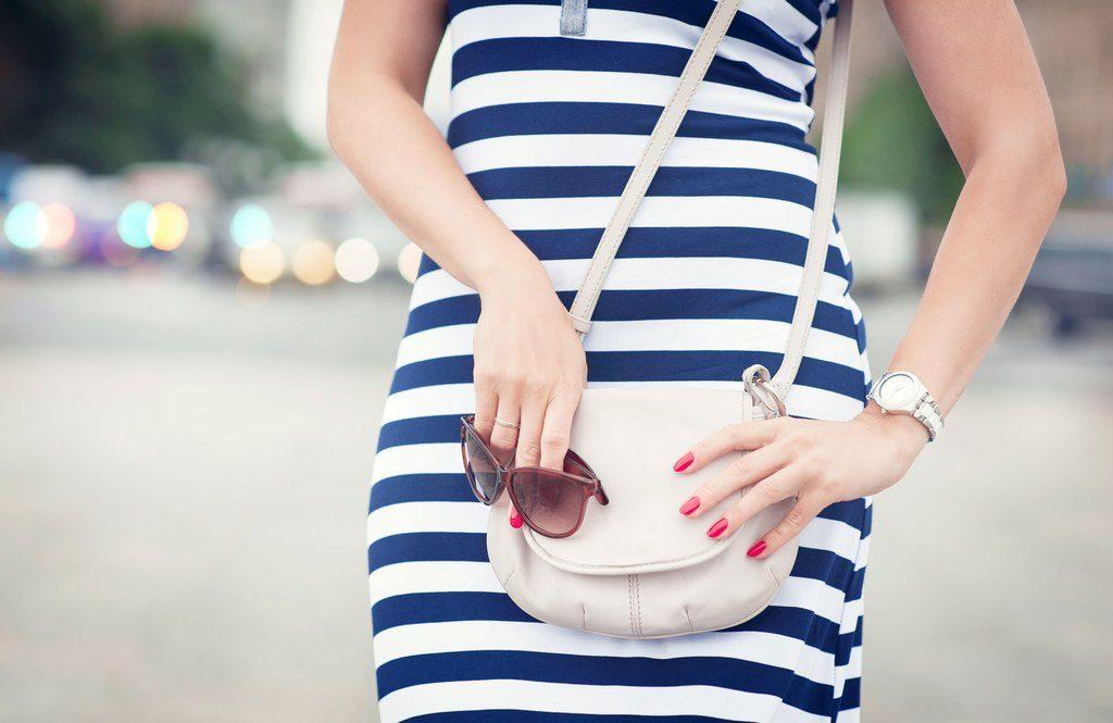 10 style yourself slimmer bag proportions 1024x665 - Πέντε στοιχεία που δεν είχες σκεφτεί να υιοθετήσεις στο ντύσιμό σου για να φαίνεσαι πιο αδύνατη