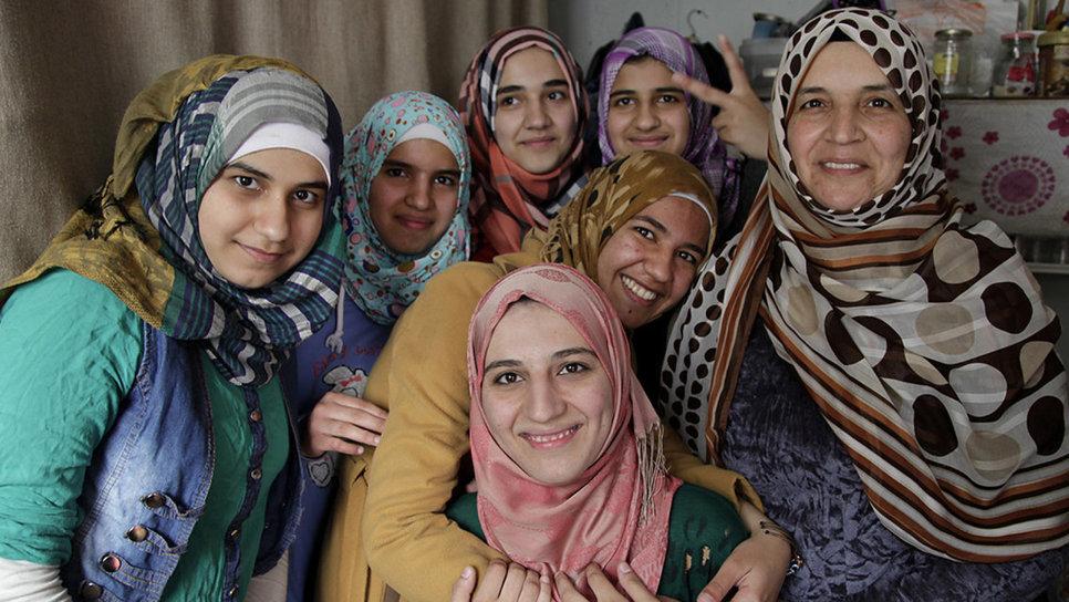 synedefksi me 3 gynaikes prosfyges apo ti syria to 2014 den exoun allaksei kai polla apo tote.col 12 - Γυναίκες, σήμερα γιορτάζουμε!