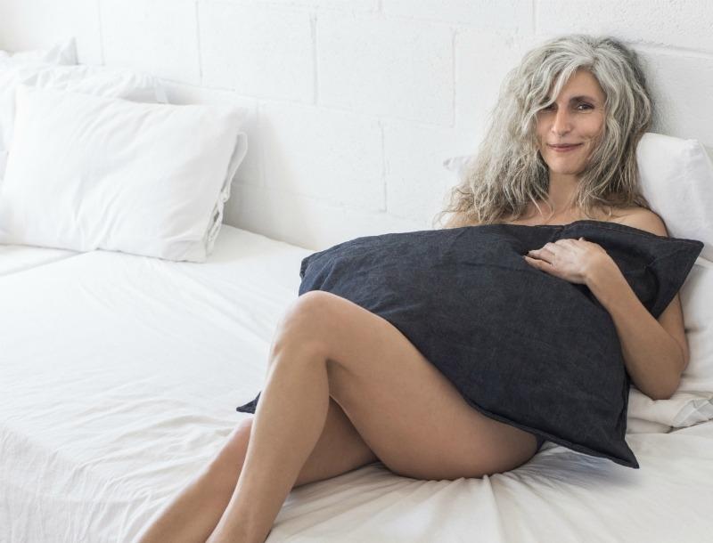 woman older - Χωρισμός: Σε παράτησε για μεγαλύτερη κι έχεις φρικάρει