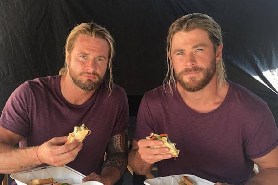 avengers323243 - Οι πρωταγωνιστές του Avengers ποζάρουν μαζί με τους σωσίες‑κασκαντέρ τους