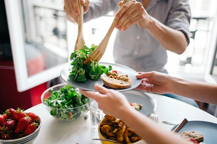eating healthy during the holidays as a family img1 - Οι τροφές που θα σε κρατήσουν για πάντα νέο
