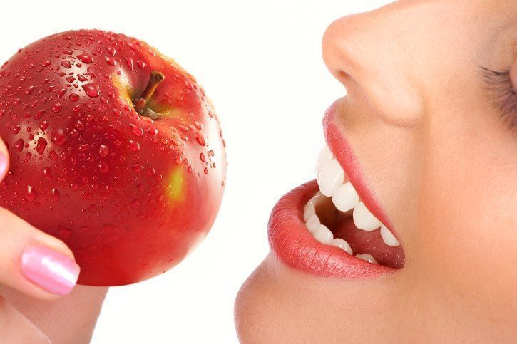 ltfh lhmr llrjym 2 - Οι τροφές που χαρίζουν απίστευτα λευκό χαμόγελο