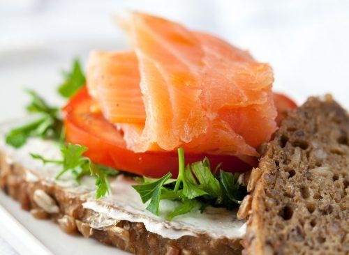 salmon breakfast sandwich 500x366 - Οι τροφές που θα σε κρατήσουν για πάντα νέο