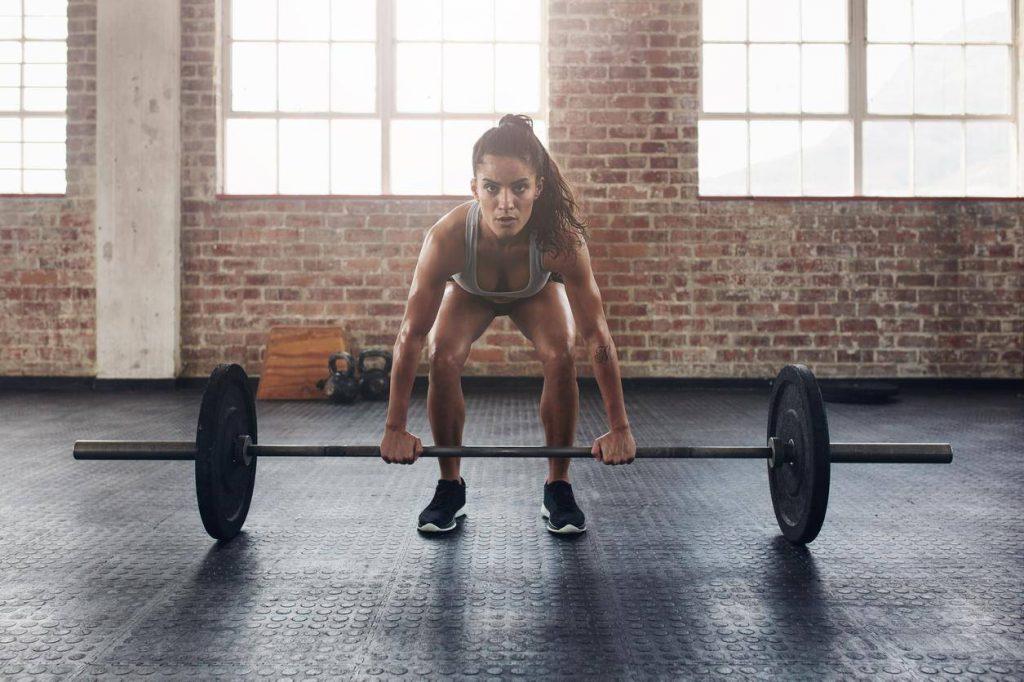 woman lifting weights 1024x682 - Αυτός είναι ο πιο εγγυημένος τρόπος για να χάσεις λίπος στο γυμναστήριο