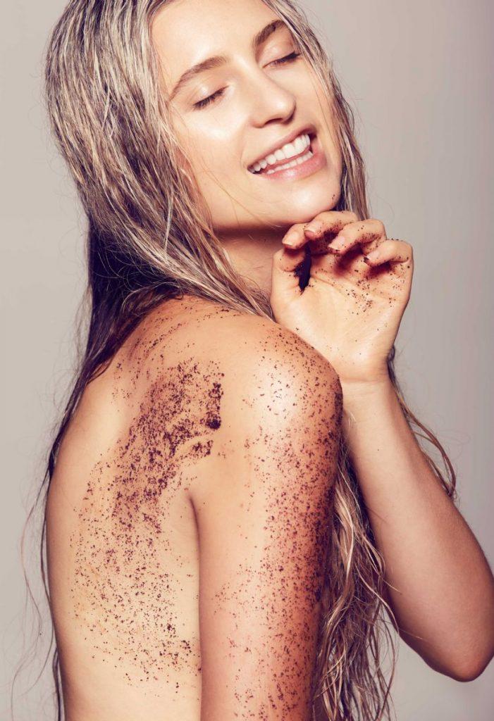 Beauty editorial coffee body scrub frank 701x1024 - Μάθε πώς θα κάνεις μόνη σου γρήγορα και εύκολα απολέπιση!