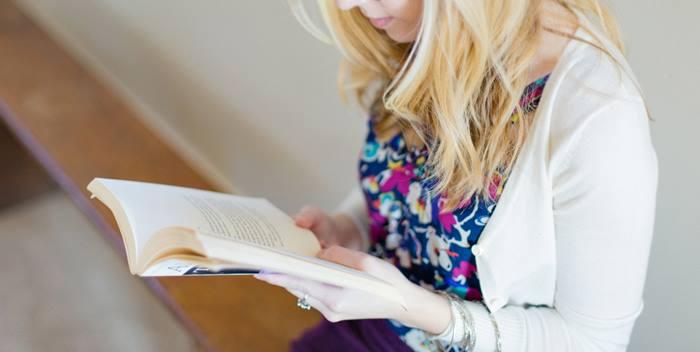 girl reading1 - Τι να κάνεις την ημέρα πριν τις εξετάσεις