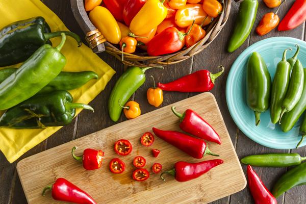 piperies - 7 σούπερ τροφές που καίνε λίπος και ενεργοποιούν τον μεταβολισμό