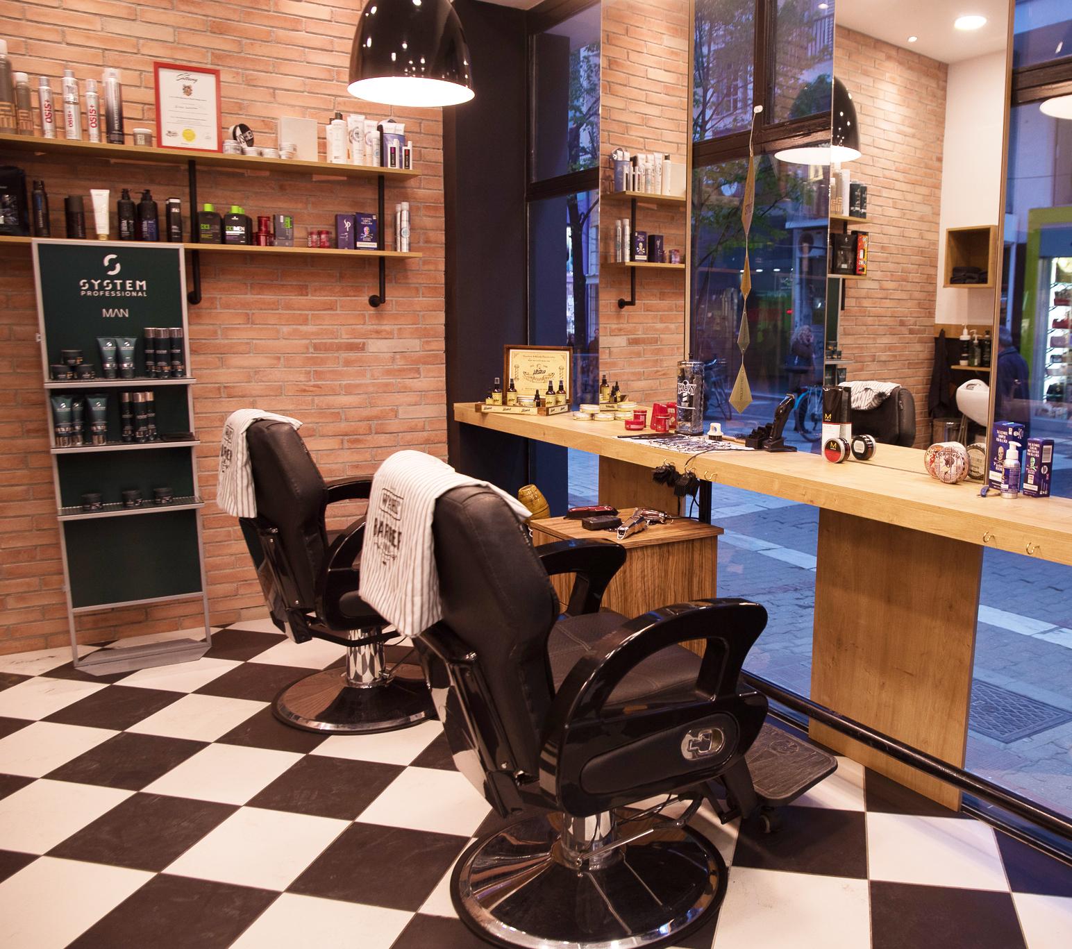 Χώρος για αντρικά κουρέματα των κομμωτηρίων Touch Hair Salloon στην Λάρισα