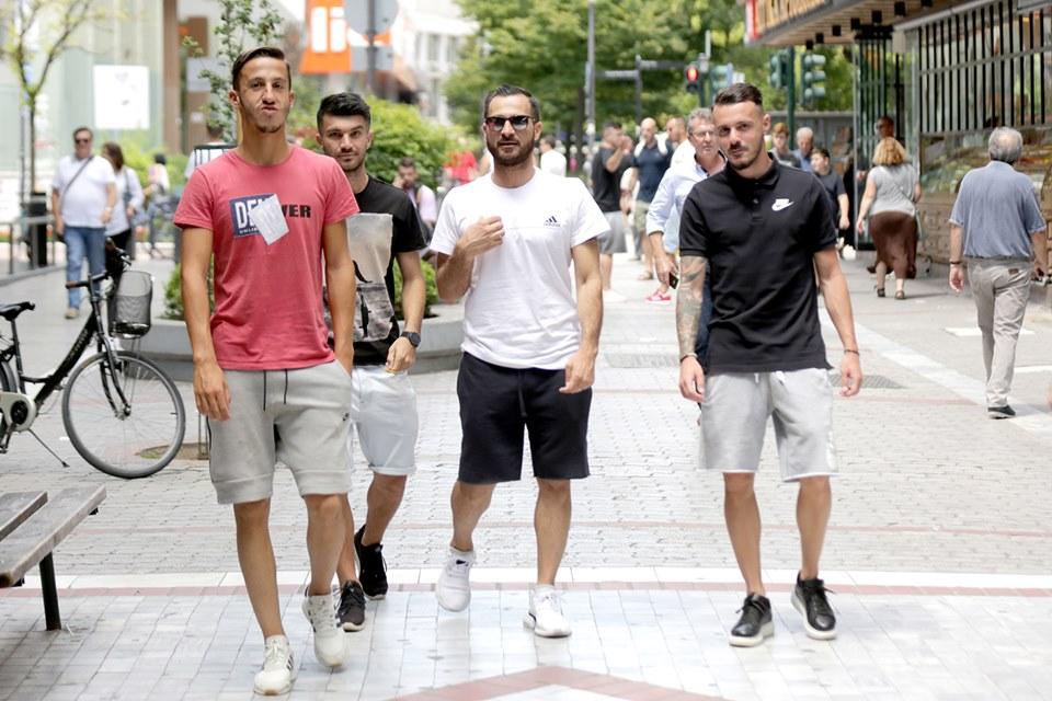 Νέοι κάνουν βόλτα στη Λάρισα